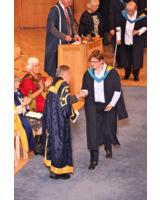 Andrea Böttcher bei der Verleihung ihrer Bachelor-Urkunde