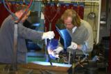 Künstler Odo Rumpf (r.) und Ralph Hoinkis schweißen eine Skulptur aus Metallresten