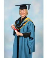 Irene Adler bei der MBA-Graduierung