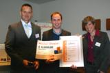 Gewinner des Theta-Awards Stephen McGlynn mit Dr. Achim Preuß, Geschäftsführer und Babette Auhagen