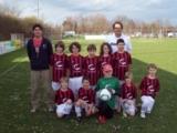 Die Fußballmannschaft E2-Junioren des FC Haunstetten freut sich über die neuen gesponserten Trikots.