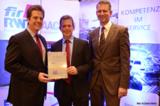 Prof.V.Stich (FIR), J.Pretzel (GS1 Germany) und Prof.G.Schuh (FIR) bei der Vertragsunterzeichnung