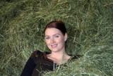 "Die Tiroler Sängerin ""Zabine"" ist gleichsam begeistert vom TYROmed-Heu-Fango,"