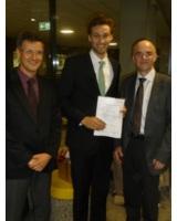 von links: Prof. Dr. Orestis Terzidis; Preisträger Fabian Krauß; TMG Seniorberater Josef Siegemund
