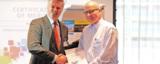 Dr. Eckhart Hertzsch und Tomás Ctibor bei der Übergabe des Siegerzertifikats. © Fraunhofer IAO