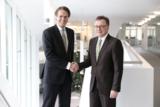 Prof. Wilhelm Bauer (re.) und Dr. Robert Gutsche (li.) besiegeln die strategische Zusammenarbeit