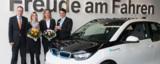Die Mitarbeiter vom Fraunhofer IAO nehmen den Schlüssel des ersten BMW i3 entgegen.