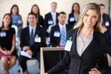 Der Vortrag auf einer Messe, bringt Kontakt zu Medien, Geschäftspartnern und potenziellen Kunden.