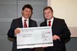 Wolfgang Adamiok vom DSGV (re.) und Arne Meil (li.), bei der Preisverleihung. © S-CARD Service GmbH
