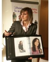 In ihrem neuen Studio informiert Sandra Stein ihre Kunden