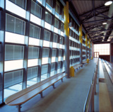Die elektrisch betriebenen Jalousien verhindern eine übermäßige Aufheizung der Halle sowie Blendung