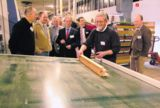Ralph Becken stellt die hochmoderne Fertigungslinie für Holzfenster vor.