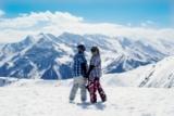 Snowboarderinnen mit Ausblick