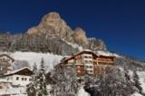 Außenansicht Hotel Sassongher im Winter (© Hotel Sassongher)