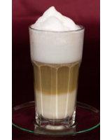Ein leckerer, frisch gebrühter Latte Macchiato mit herrlichem Milchschaum
