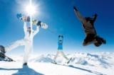 Springende Snowboarder auf dem Gletscher