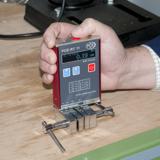 Hier sieht man das Rauhigkeitsmessgerät PCE-RT 11 wie es angewendet wird