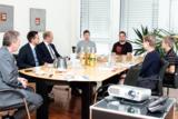 MdB Dr. Schlegel (2.v.r.) im Gespräch mit Personalern und Zeitarbeitern