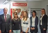 Geschäftsführer Gerhard Wach und Personalleiterin Mareike Metz begrüßen die neune Azubis.