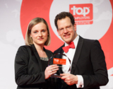 David Plink (Top Employers Inst.) übergibt den Award an Mareike Baumann (FRANZ & WACH)