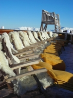 Auf der Sonnenterrasse der Kristallhütte sorgen Lammfellliegen für gemütliche Wohnzimmeratmosphäre.