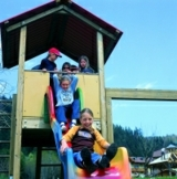 Kinder auf Rutsche