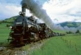 Die Pinzgauer Lokalbahn bringt Wanderer, Radler und Ausflügler zu den malerischen Orten.