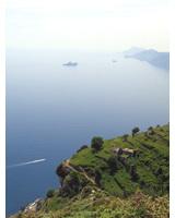 Herrlicher Blick vom Sentiero degli Dei auf die Amalfiküste und Capri.