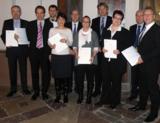 Die erfolgreichen Absolventinnen und Absolventen mit Vertretern der IHK und der Wirtschaftsakademie