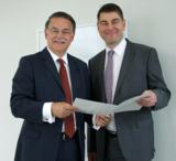 (v.l.n.r.): Dr. Detlef Reeker überreicht die Ernennungsurkunde an Prof. Dr. Sven Mertens