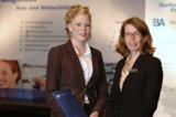 Jahrgangsbeste Jana Wilken mit Berufsakademie-Direktorin Dr. Gisela Nissen-Baudewig
