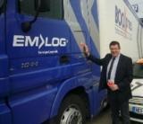 Ein Symbol für weitere Spendenaufrufe. Udo Malkomes beklebt die EM-LOG Flotte.