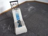 Die Maschine erzeugt Schaum, der nach dem Einarbeiten in den Boden sofort wieder abgesaugt wird.
