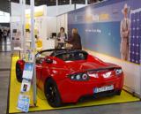 Ein Elektro-Sportwagen der Firma Tesla – präsentiert vom Hummel Systemhaus