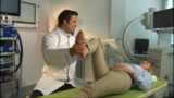 Dr. Ralf Wagner bei der Nachuntersuchung mit Martina Meyer im Ligamenta Wirbelsäulenzentrum