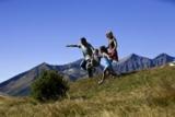 Familie beim Wandern am Kärntner Katschberg