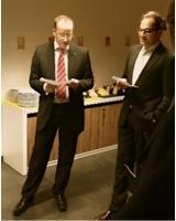 Dr. Wamser und Herr Batra (von Li. nach re.) stellen die anwesenden Firmen vor