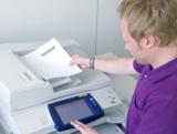 Büromitarbeiter am Multifunktionsgerät (MFP). Foto: NSi Europe