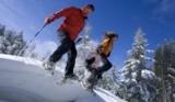 Familie beim Schneeschuhwandern im Tiroler Oberland