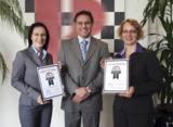A. Wolf (links) und A. Alt von Ricoh Deutschland mit G. Olsson von BLI International (UK) Limited.