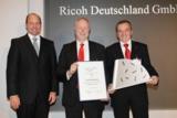 Uwe Jungk (m.) und Klaus Garbers (r.) (Ricoh Deutschland) bei der Übergabe des Ludwig-Erhard-Preises