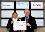 Symbolische Scheckübergabe: U. Jungk (CEO Ricoh Dtld.) und A. Schlüter, stv. Geschäftsführerin DKSB