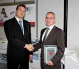 Philipp Jaroschowitz (Büro Uriot) und Heiko Naumann (Ricoh) bei der Übergabe des MDS-Zertifikats