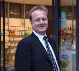 Mammut Pharma-Gründer Reiner Christensen vor einer Mutter-Kleinkind-Apotheke