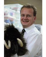 Mammut Pharma-Gründer Reiner Christensen mit  Mammut und Kindermedizin