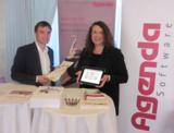 Sebastian Theisen (AGENDA) und Anita Dormeier (b.b.h.-Fortbildung) präsentieren die Buchhalterseite