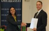 Prof. Dr. Gardenia Alonso gratuliert Daniel Wittoesch zum AKADalumni-Preis.