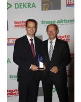 winkler Geschäftsführer Rüdiger Hahn und Bereichsleiter Hans Strobel mit der Auszeichnung