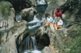 Familie beim Wandern in Groppensteinschlucht