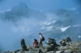 Steinmandl und Bergsteiger genießen die Aussicht